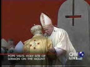 croix renversée Satanique sur siège papal